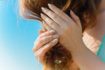 Photo pour Manucure lumineuse, idées pour les femmes, beauté et soin des mains et des ongles - image libre de droit