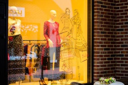 Photo pour Magasin de fenêtres à la mode, magasinage pour toutes les personnes, temps de vente - image libre de droit