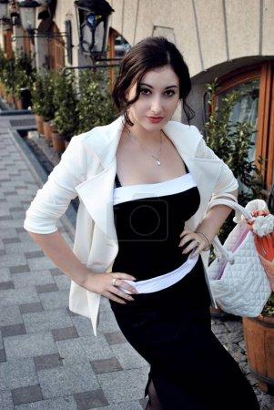 Photo pour Femme moderne à la mode dans un style de mélange décontracté dans la rue. Belle dame posant dans le style de fantaisie - image libre de droit