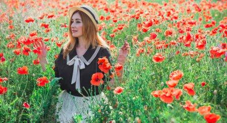 Photo pour Femme rousse en chemisier vintage et jupe en dentelle au champ de coquelicots, style à la mode pour dames - image libre de droit
