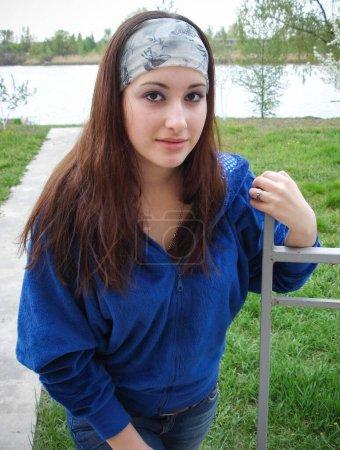 Chica ordinaria de la ciudad pequeña, los adolescentes y el estilo de vida de los estudiantes. Problemas y felicidad