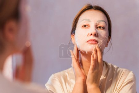 Photo pour Problème de peau sujet aux éruptions cutanées et à l'acné, cicatrices d'acné, concept de peau saine, dermatologie et cosmétologie - image libre de droit