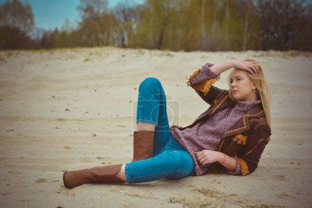 Photo pour Portrait d'une belle fille aux cheveux blonds en robe de style country américaine en extérieur. Incroyable gentille fille. Temps froid - image libre de droit