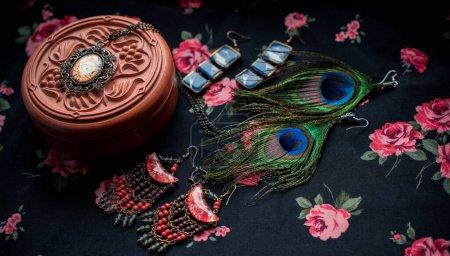 Photo pour Vintage clos up bijouterie et accessoiriser fantaisie. Détails assez à la mode - image libre de droit