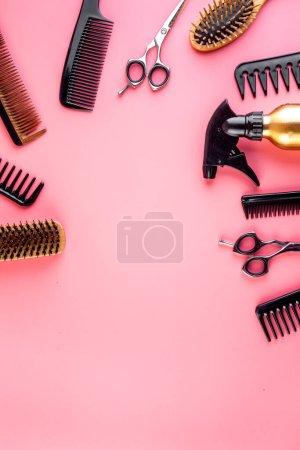 Photo pour Instruments de coiffure. Peignes, ciseaux sur table rose vue du dessus . - image libre de droit