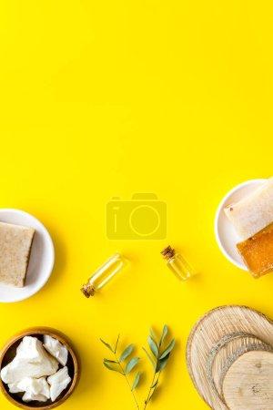 Photo pour Cheveux naturels et cosmétiques pour le visage pour les soins et le traitement avec du beurre de cacao et de l'huile végétale. Couché plat, vue aérienne. - image libre de droit