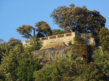 Photo pour La cascade fait partie de la Colline du Château à Nice, un point de repère de la ville. La photo a été prise sur le front de mer de Nice . - image libre de droit