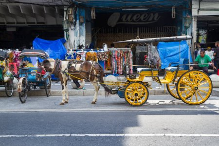 Photo pour Delman ou andong ou calèche ou chariot à cheval avec bâtiment historique Bank BNI à titik nol ou point zéro kilomètre, rue Malioboro, Yogyakarta, Indonésie - image libre de droit