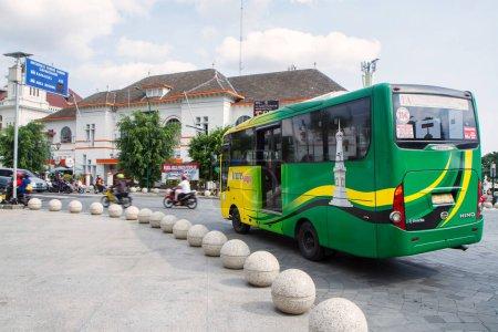 Photo pour Bus trans jogja passant à nol kilomètre ou zone de point zéro intersectio - Yogyakarta, Indonésie 15 octobre 2020 - image libre de droit