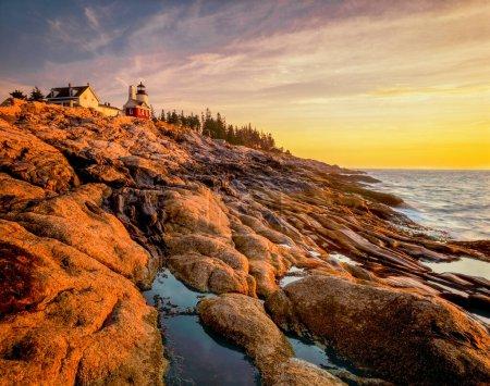 Photo pour Le soleil se lève sur les falaises spectaculaires sous le phare de Pemaquid Point dans le Maine. - image libre de droit