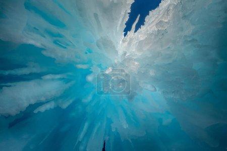 Photo pour Glaces congelées Nuances de bleu. Paysage de glace d'hiver - image libre de droit