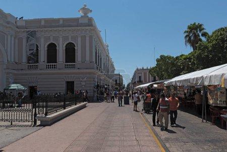 Photo pour Mérida, Mexique-18 mars 2018: étals sur le festival de rue dans la plaza de la Independencia le fr merida merida domingo dimanche. - image libre de droit