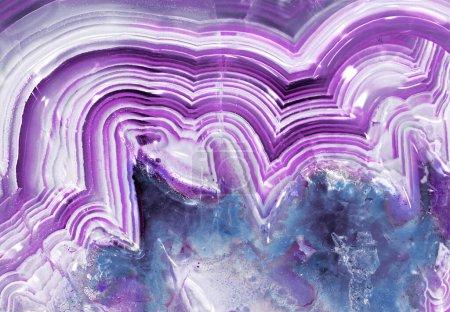 Photo pour Macro calcédoine en agate baguée violette avec cristaux - image libre de droit
