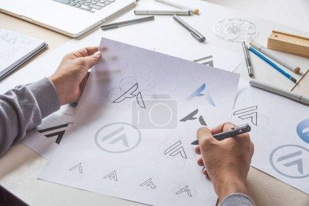 Photo pour Graphiste processus de développement dessin croquis design créatif Idées ébauche Logo produit marque marque étiquette illustration de marque. Studio de graphiste Concept. - image libre de droit