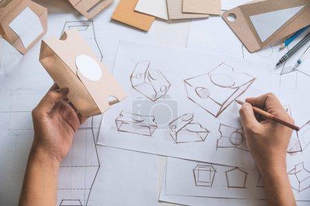 Photo pour Designer croquis dessin design Brown artisanat carton produit papier emballage éco boîte maquette développement modèle emballage marque Étiquette. concepteur studio concept . - image libre de droit