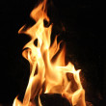 Kaminfeuer tanzt vor der Dunkelheit / fireplace fi...