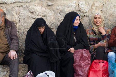 Photo pour Des femmes devant la mosquée omeyyade, Damas - image libre de droit