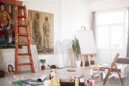 Foto de Interior del taller del artista. Pinturas y material de pintura por todas partes . - Imagen libre de derechos