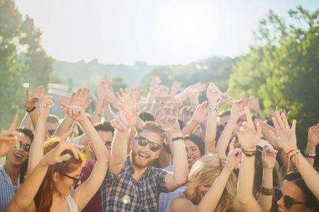 Photo pour Groupe de personnes dansant et s'amusant à la fête en plein air / festival de musique - image libre de droit