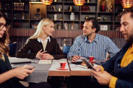 Photo pour Groupe de collègues multiethniques s'asseyant au restaurant et parlant du nouveau projet. Start up concept d'entreprise. - image libre de droit