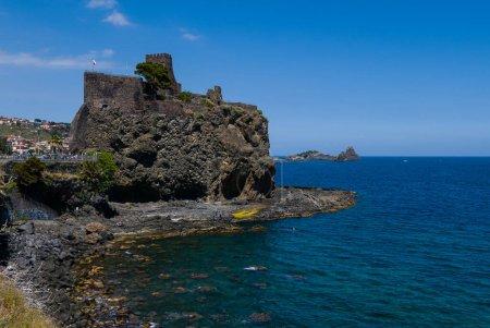 Aci Castello ist eine Gemeinde in der Provinz Catania auf Sizilien, Italien. Die Stadt liegt 9 km nördlich von Catania an der Mittelmeerküste. Die primären Wirtschaftssektoren sind Landwirtschaft und Industrie (in Catania). Die Stadt ist benachbart