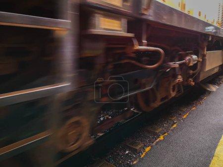 Photo pour Cibadak, Bogor - 15 / 03 / 2020 : Des trains indonésiens blancs et rouges vont s'arrêter à la gare de Cibadak - image libre de droit