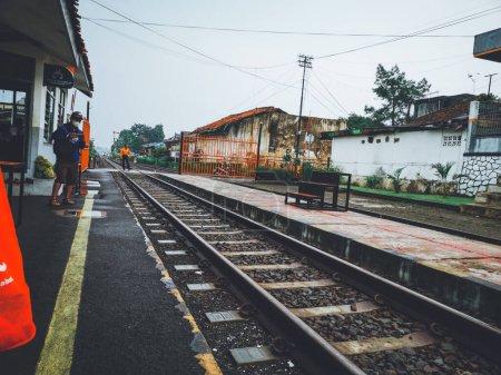 Photo pour L'atmosphère à la gare de Cibadak à midi - image libre de droit