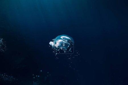 Photo pour Texture sombre sous-marine dans l'océan. Bulle en mer . - image libre de droit