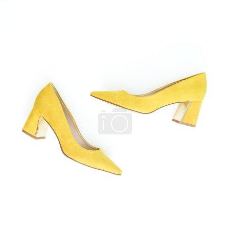 Photo pour Femmes fond de mode avec des chaussures jaunes sur blanc. Couché plat, vue du dessus . - image libre de droit