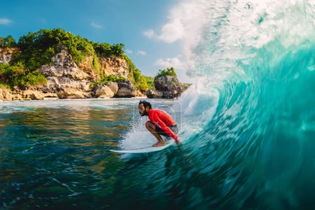 Photo pour 18 avril 2019. Bali, Indonésie. Surfer sur la vague du tonneau. Surf professionnel lors de grosses vagues à Padang Padang - image libre de droit