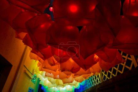 Photo pour Lanternes abstraites colorées sur le marché - image libre de droit