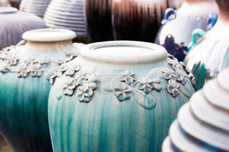 Photo pour Pots de poterie et de céramique, cruches faites main - image libre de droit