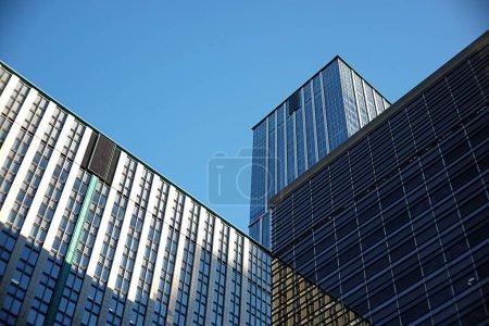 Foto de Fachadas de cristal con ventanas de edificios modernos - Imagen libre de derechos