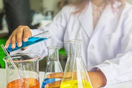 Photo pour Expériences scientifiques. chimistes discutant en laboratoire. Assistant scientifique travaillant dans le laboratoire chimique. - image libre de droit