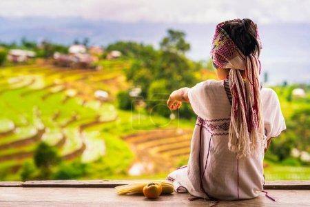 Pga Ka nyau (Pakhayo) Tribu Niños señalando con el dedo la hermosa vista del campo de arroz. Ban Pa Bong Piang, Mae Chaem, Chiangmai, Que tiene las terrazas de arroz más bellas de Tailandia.