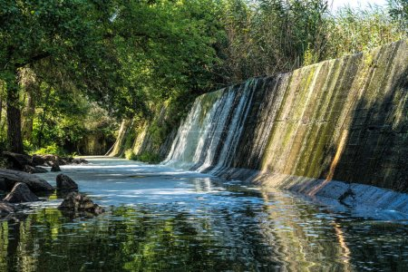 Photo pour Picturesque old stone dam of an abandoned hydroelectric power station on the Mountain Tikich river in Buky village, Ukraine. Picturesque rural landscape and fresh stream of running stormy water - image libre de droit