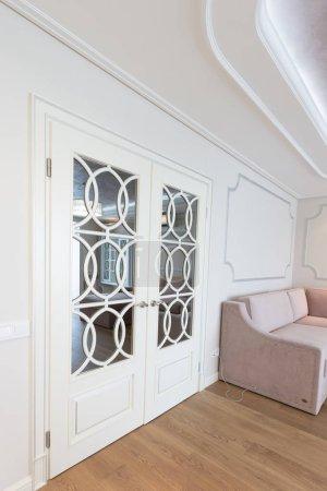 Foto de Modernas puertas blancas en el interior de una habitación - Imagen libre de derechos