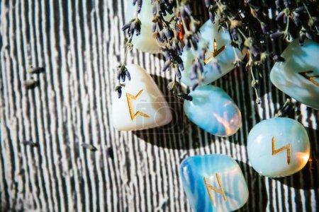 Zbliżenie kamieni runicznych na drewnianym stole