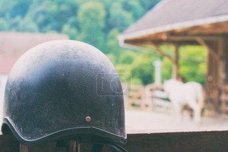 Photo pour Casque de cheval en attente d'être utilisé - image libre de droit