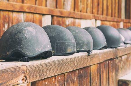 Photo pour Casques de cheval en ligne en attente d'être utilisé - image libre de droit