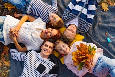 Photo pour Heureuse grande famille dans le parc sur un pique-nique. Papa maman, enfants, fils, fille. Halloween d'automne - image libre de droit