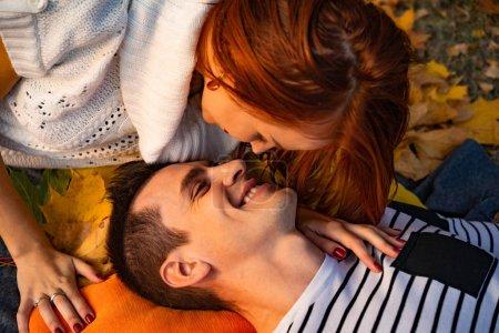 Photo pour Jeune couple amoureux. Amoureux homme et femme dans le parc en automne, tendresse, câlins et bisous, couple heureux . - image libre de droit