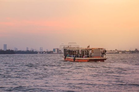 Le service public de ferry pendant la traversée de la rivière Choa Phraya. Samut Prakan est à l'embouchure de la rivière Chao Phraya sur le golfe de Thaïlande.