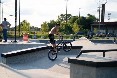 Photo pour Detroit, Michigan, États-Unis - 7.24.2020 : Des patineurs et des motards s'entraînent dans un skate park extérieur pendant le Corona Virus à Detroit. - image libre de droit