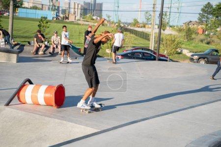 Photo pour Detroit, Michigan, États-Unis - 07.28.2020 : Des patineurs s'entraînent dans un skatepark en plein air pendant le Corona Virus à Detroit. - image libre de droit
