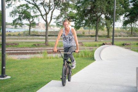 Photo pour Detroit, Michigan, États-Unis - 07.29.2020 : Des patineurs et des motards s'entraînent dans un skate park extérieur pendant le Corona Virus à Detroit. - image libre de droit