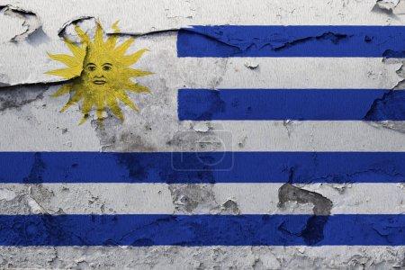 Photo pour Drapeau d'Uruguay peint sur le mur de béton fissuré - image libre de droit