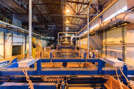 Photo pour Usine opérationnelle moderne équipement produisant de fibre de verre industrie lourde machinerie pour travailler le métal atelier concept. - image libre de droit