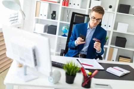 Photo pour Homme d'affaires occasionnel travaillant au bureau, assis au bureau, clavier, écran d'ordinateur en regardant. - image libre de droit