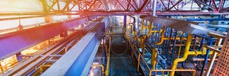 Photo pour Vue de dessus de l'usine opérationnelle moderne avec des tuyaux produisant des machines de l'industrie lourde de fibre de verre concept d'atelier de métallurgie . - image libre de droit